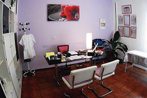 Interno-studio-medico-Cuneo-scrivania